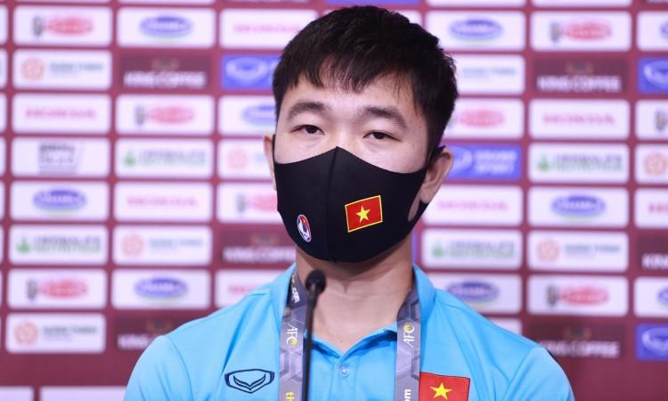 Cầu thủ Xuân Trường đeo nhẫn đính hôn tham dự họp báo