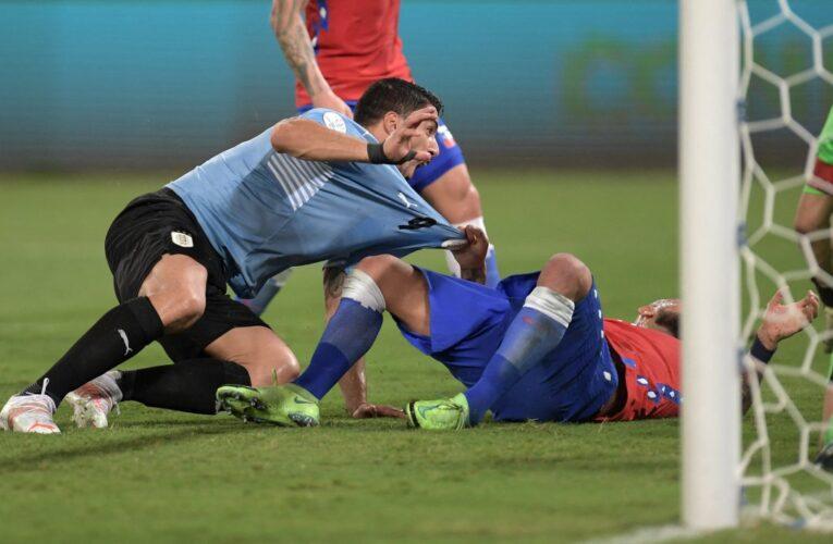 Tình huống Luis Suarez câu giờ hài hước trước Chile